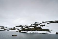 Lago Flyvotni perto da estrada Bjorgavegen da montanha, Noruega imagens de stock royalty free
