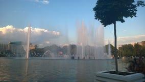 Lago, fontes bonitas, céu azul, árvore, verão Foto de Stock