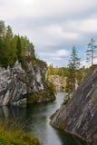 Lago forest en las rocas Imágenes de archivo libres de regalías