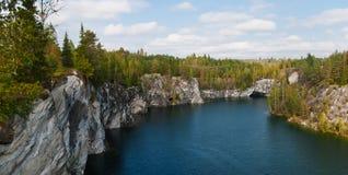 Lago forest en las rocas Fotos de archivo
