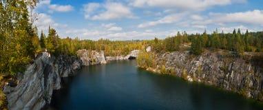 Lago forest en las rocas Fotos de archivo libres de regalías