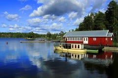 Lago forest en Noruega, rorbu en Lofoten fotos de archivo