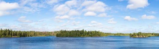 Lago forest en un día de verano imagen de archivo libre de regalías