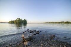 Lago forest sob o céu nebuloso azul Imagem de Stock Royalty Free