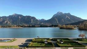 Lago Forggensee in alpi bavaresi con il castello il Neuschwanstein stock footage