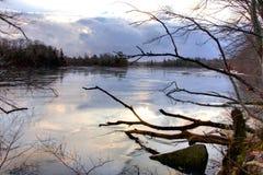 Lago frío de la mañana Imágenes de archivo libres de regalías