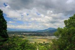 Lago fra la foresta tropicale della montagna contro il cielo nel Vietnam Fotografia Stock