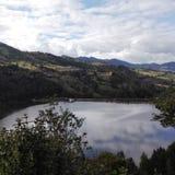 Lago fra le montagne fotografie stock
