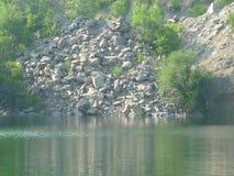 Lago fra le pietre Fotografia Stock Libera da Diritti