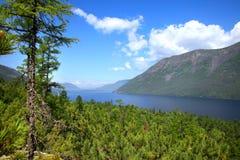 Lago Frolikha nas montanhas de Baikal foto de stock