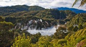 Lago frying pan en el valle volcánico de Waimangu en Nueva Zelanda foto de archivo