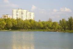 Lago fuera de la ciudad en resorte Fotos de archivo