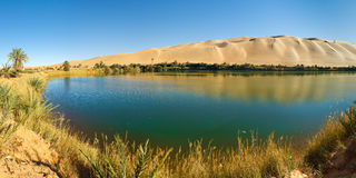 Lago Gaberoun - oásis do deserto, Sahara, Líbia Imagem de Stock Royalty Free