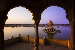 Lago gadi Sagar en Jaisalmer, Rajasthán, la India Fotografía de archivo