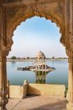 Lago Gadisar por la mañana en Jaisalmer, Rajasthán, la India foto de archivo