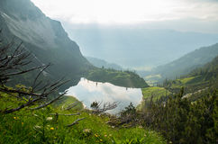 Lago Gaisalpsee nos cumes alemães perto de Oberstdorf, Alemanha Fotos de Stock Royalty Free