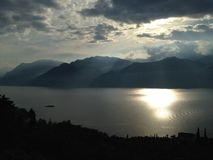 Lago Garda as montanhas fotografia de stock royalty free