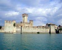 Lago Garda. Castelo velho em Sirmione Fotos de Stock