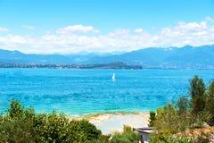 Lago garda e una piccola spiaggia vicino alla città di Sirmione Immagini Stock