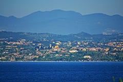 Lago garda e villaggi incantanti Italia del Nord della riva del lago immagine stock libera da diritti