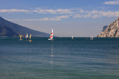 Lago Garda em Itália, cercado pelos cumes Fotos de Stock