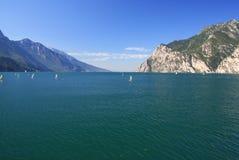 Lago Garda em Itália, cercado pelos cumes Imagens de Stock Royalty Free