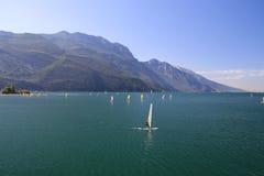Lago Garda em Itália, cercado pelos cumes Fotografia de Stock Royalty Free