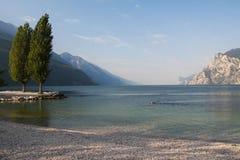 Lago Garda em Itália, cercado pelos cumes Imagem de Stock Royalty Free