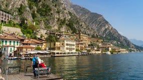 Lago Garda en el puerto de Limone fotos de archivo