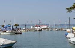 Lago Garda Italia harbor de Sirmione Imagenes de archivo
