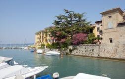Lago Garda Italia harbor de Sirmione Fotos de archivo
