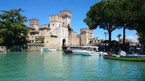 Lago Garda Italia Sirmione del castillo Foto de archivo libre de regalías