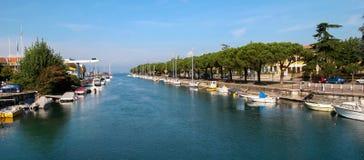 LAGO GARDA, ITALY/EUROPE - 25 DE OCTUBRE: Canal al lago Garda en O Fotografía de archivo