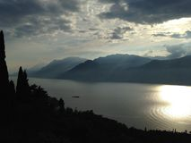 Lago Garda las montañas Imagen de archivo libre de regalías