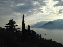 Lago garda le montagne Immagine Stock
