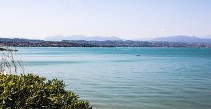 Lago Garda nas montanhas de Itália Foto de Stock Royalty Free