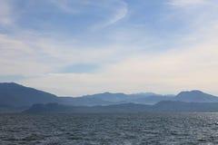 Lago Garda no embaçamento frio da manhã imagem de stock