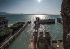 Lago Garda Sirmione Cierre Skaligerov fotografía de archivo