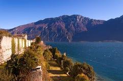 Lago garda vicino alla polizia Italia del sul di Limone Fotografie Stock Libere da Diritti