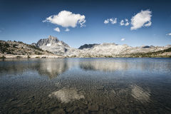 Lago garnet nella sierra Nevada Mountains Fotografia Stock Libera da Diritti