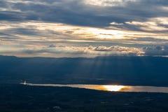 Lago geneva con la fontana illuminata Immagine Stock