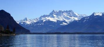 Lago geneva y montañas de Aravis, Montreux, Suiza imagenes de archivo