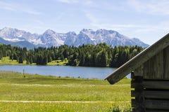 Lago Geroldsee con las montañas de Karwendel Imagen de archivo