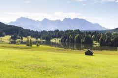 Lago Geroldsee con las montañas de Karwendel Foto de archivo libre de regalías
