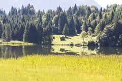 Lago Geroldsee con le montagne di Karwendel Immagini Stock Libere da Diritti