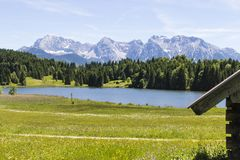 Lago Geroldsee con le montagne di Karwendel Fotografie Stock