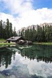 Lago Ghedina pelo lado Céu, árvores e água clara Fotografia de Stock