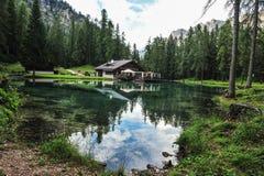 Lago Ghedina pelo lado Céu, árvores e água clara Fotos de Stock