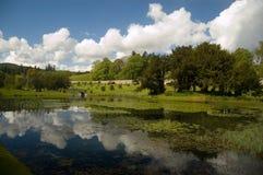 Lago in giardini scozzesi Fotografie Stock