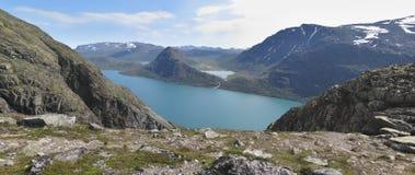 Lago Gjende da catena montuosa Bessdnggen Immagine Stock Libera da Diritti